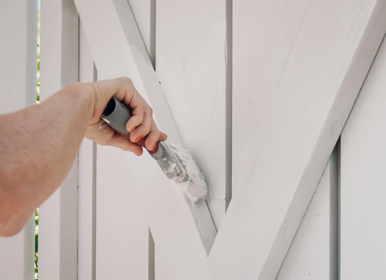 Plank målat med DEMIDEKK Brilliant White i färgen JOTUN 1391 Ljus Antikgrå