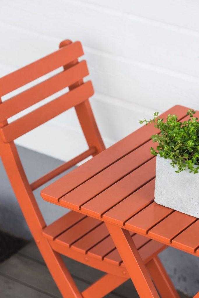 2825 Effekt röd stol trädgård