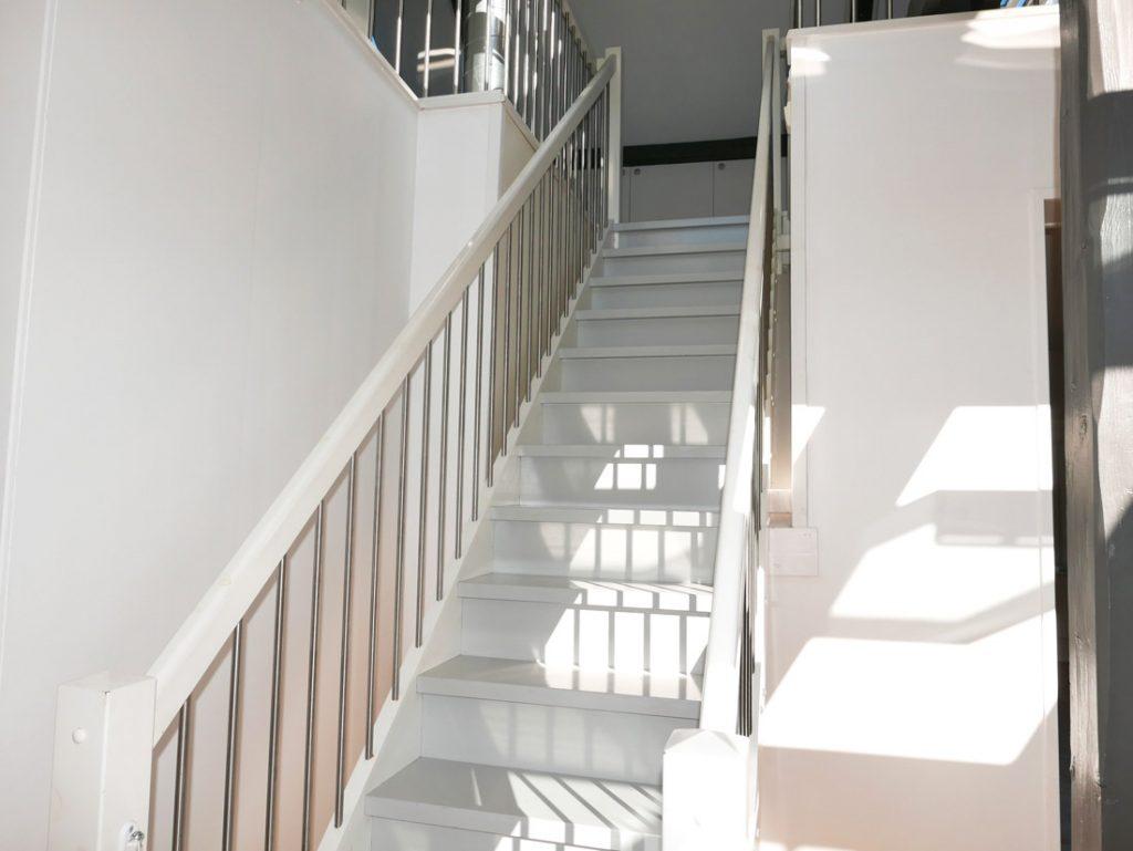 Före-bild trappa vit innan ommålning