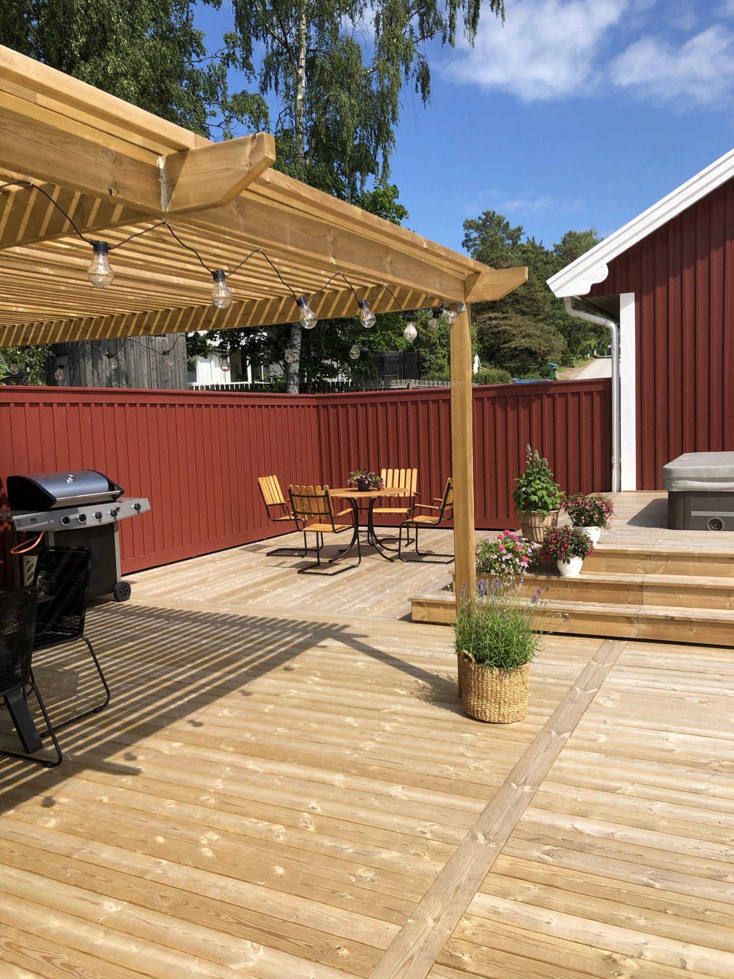 Innergårdskänsla med rött plank